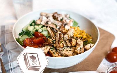 vegane Bowl mit Tofu und Blumenkohl-Reis
